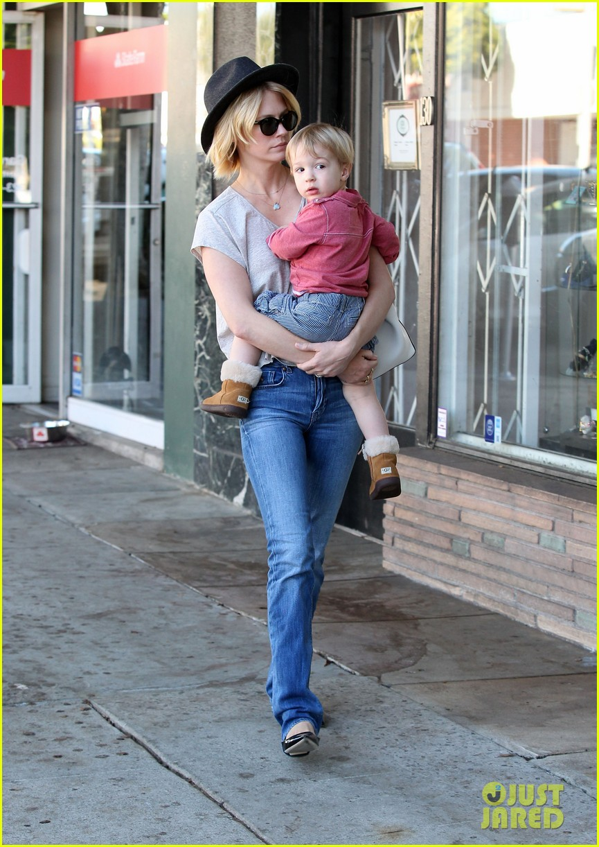 january jones hangs with smiley xander after babys class 142972990