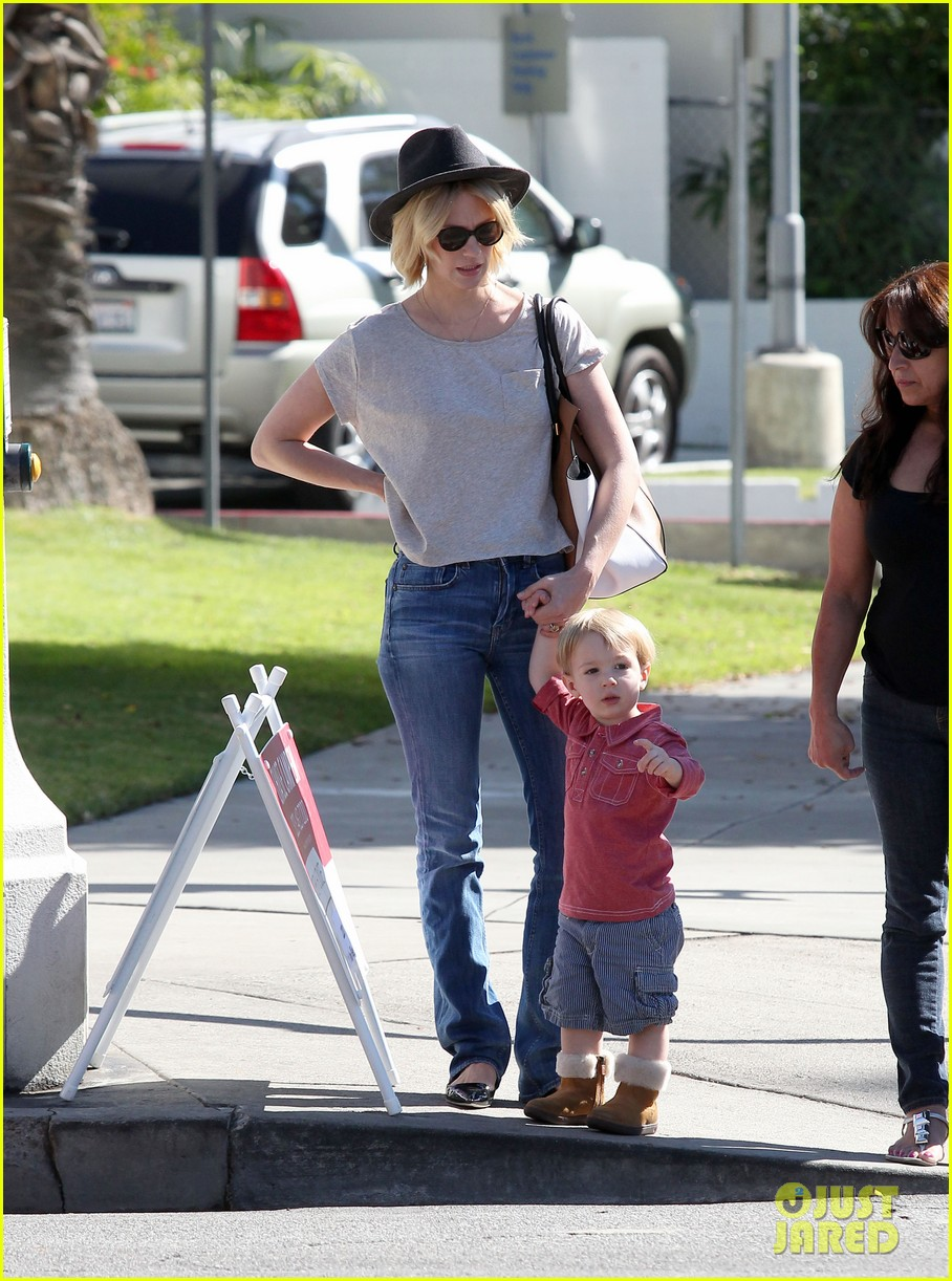 january jones hangs with smiley xander after babys class 182972994