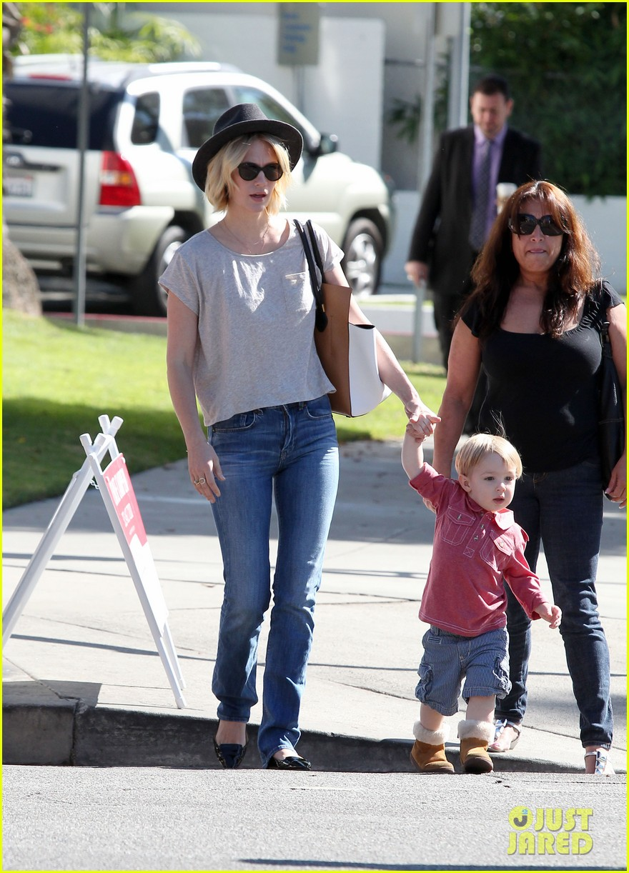 january jones hangs with smiley xander after babys class 19