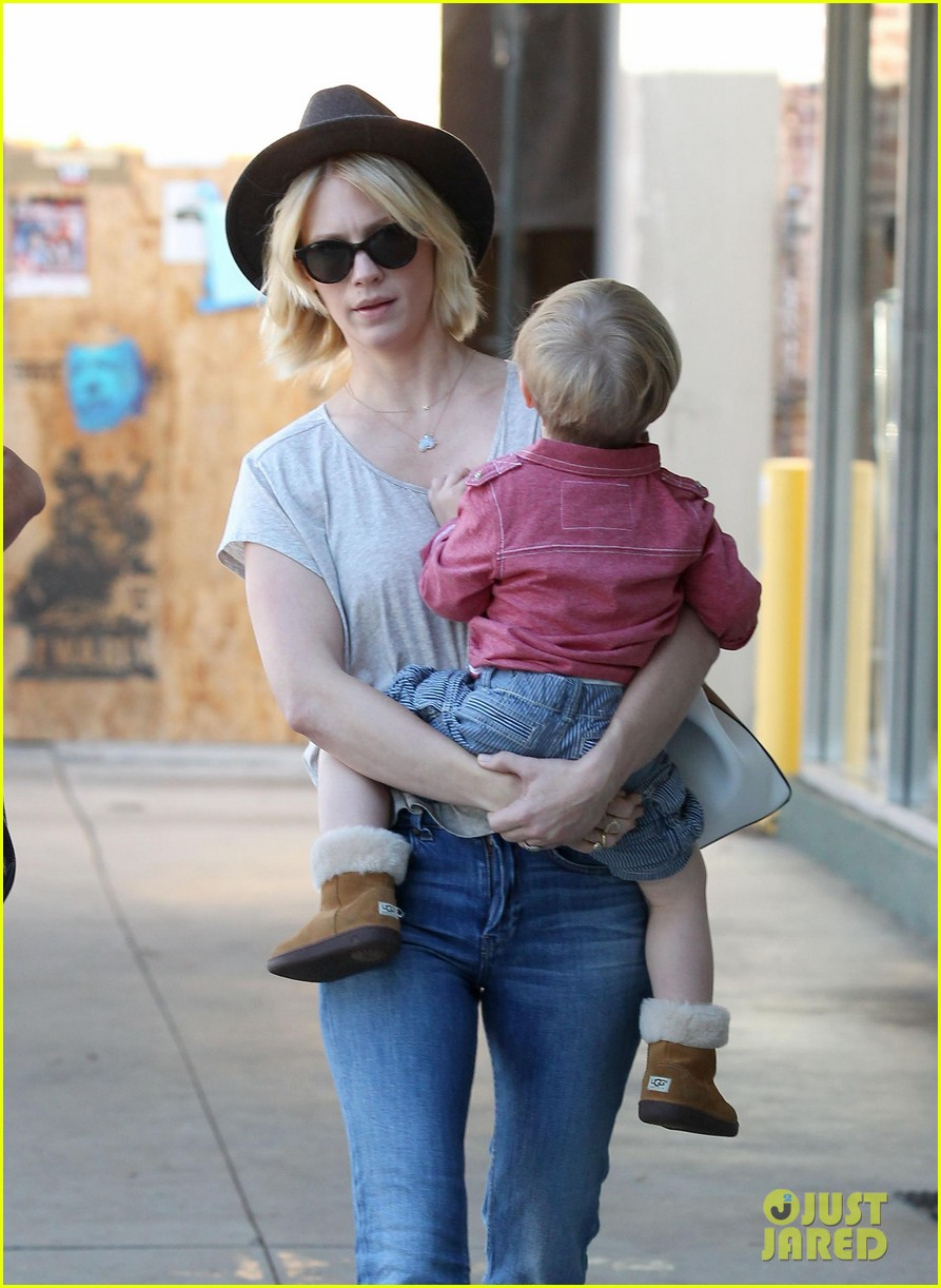 january jones hangs with smiley xander after babys class 23