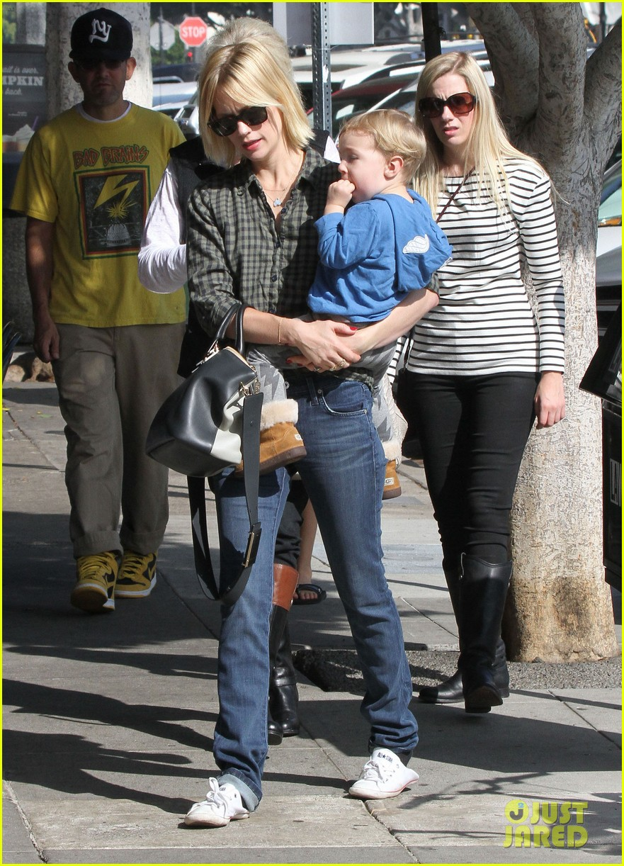 january jones baby boy xander to lunch with friends 012981549
