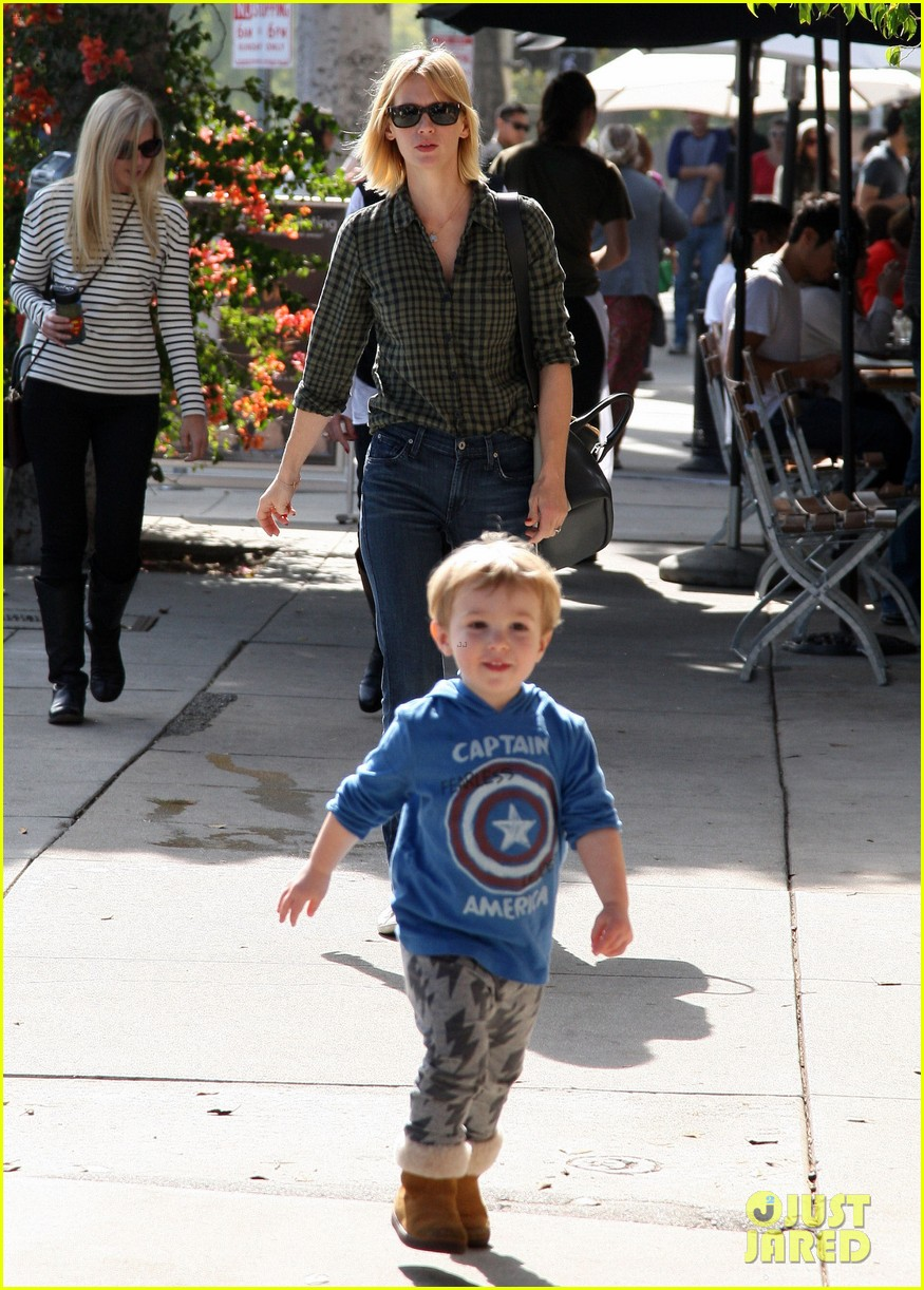 january jones baby boy xander to lunch with friends 032981551
