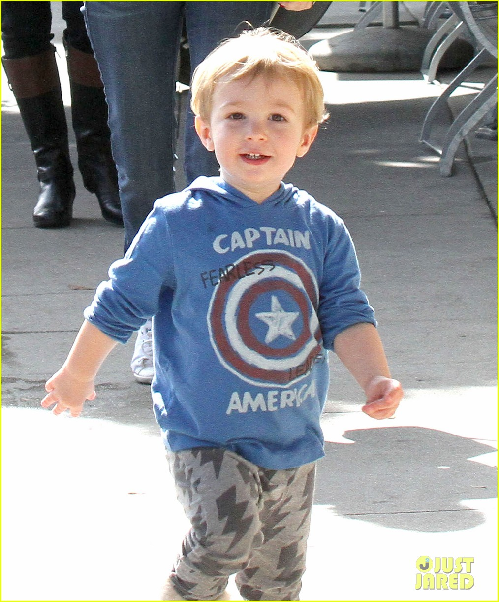 january jones baby boy xander to lunch with friends 04