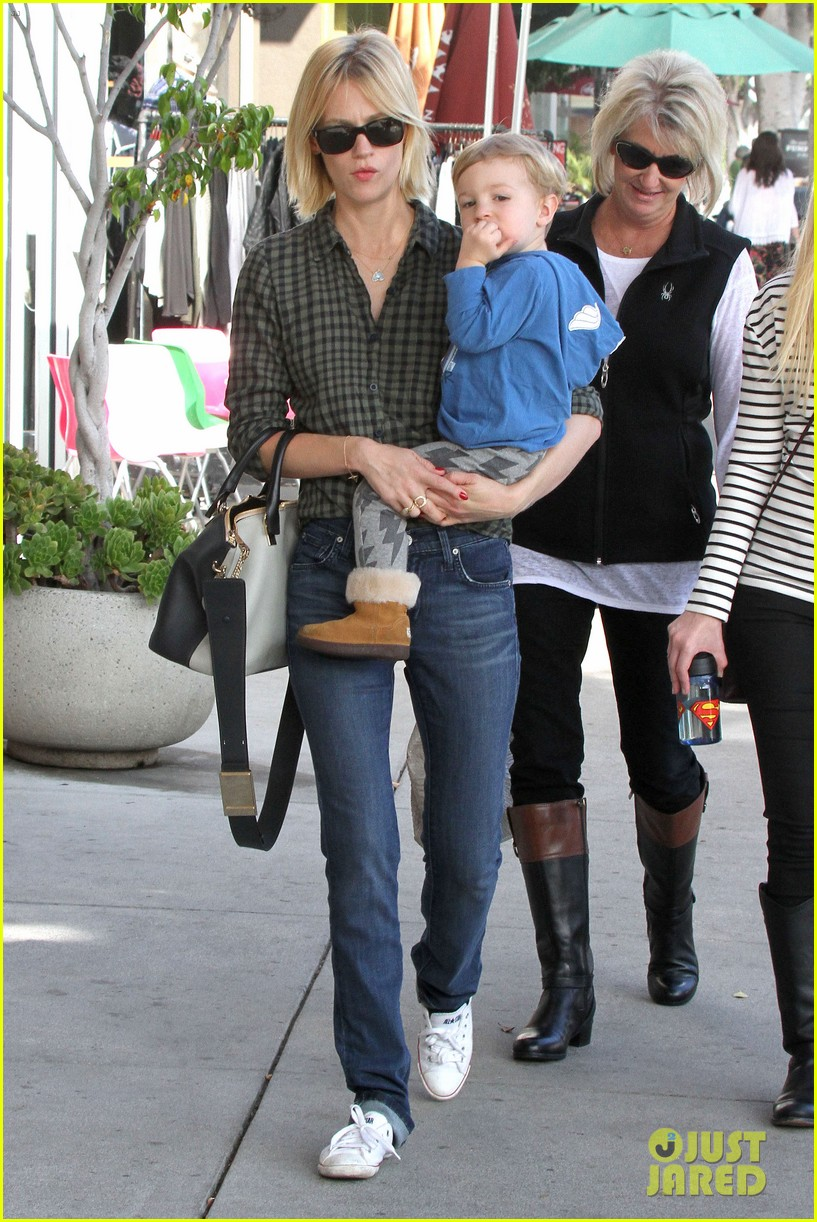 january jones baby boy xander to lunch with friends 102981558