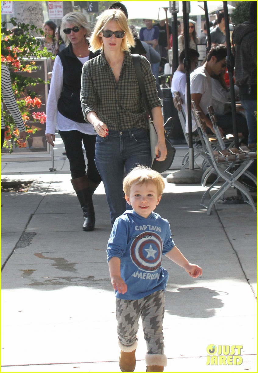 january jones baby boy xander to lunch with friends 132981561
