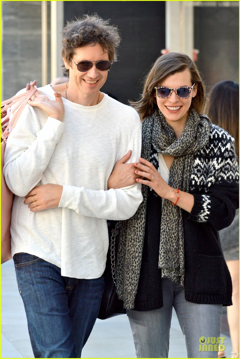 milla jovovich leans on paul ws anderson shoulder 022963670