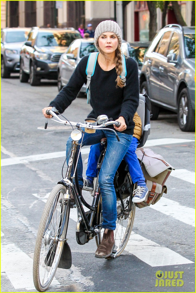 keri russel laughs with river after bike ride 08