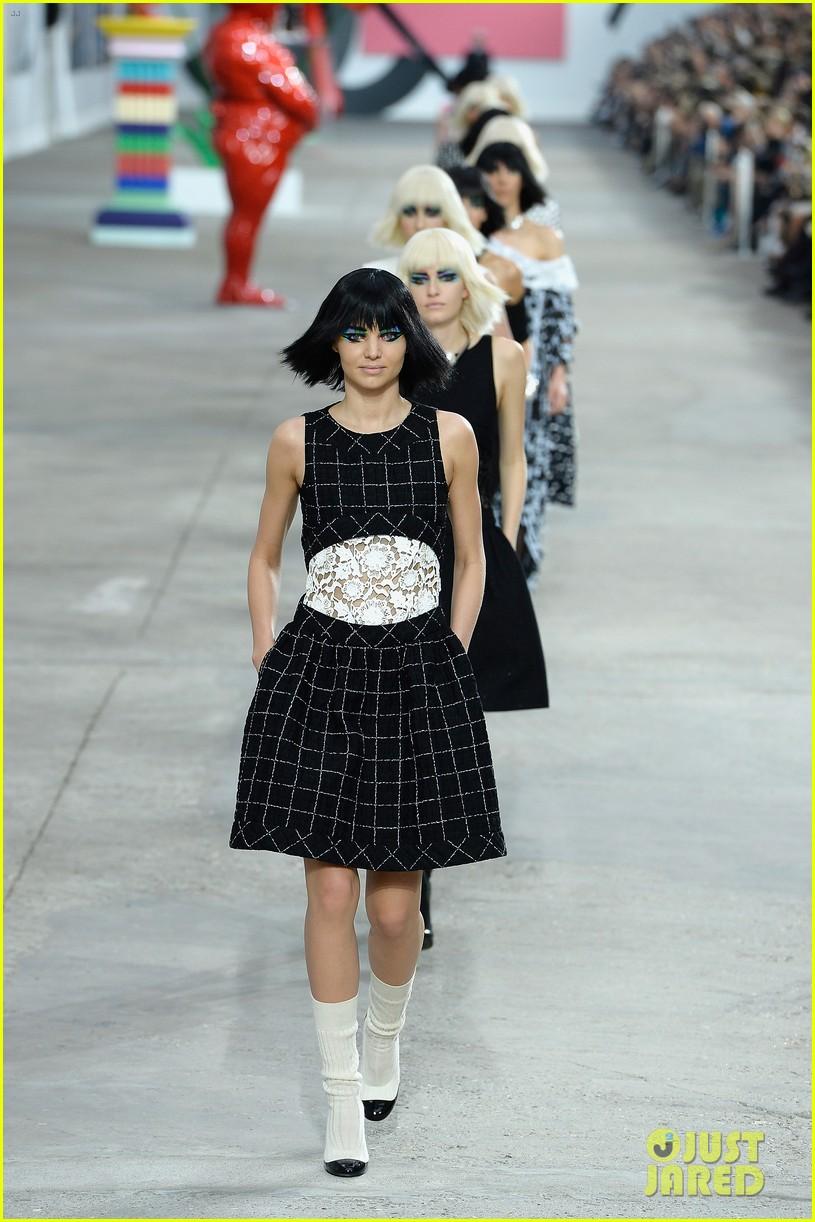 miranda kerr cara delevingne chanel fashion show 02