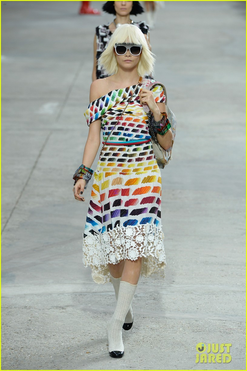 miranda kerr cara delevingne chanel fashion show 122963825
