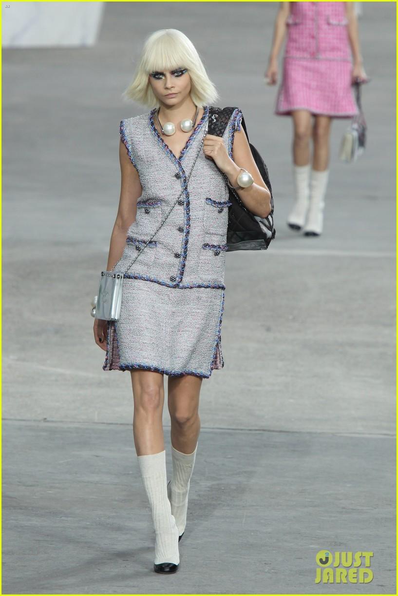 miranda kerr cara delevingne chanel fashion show 14