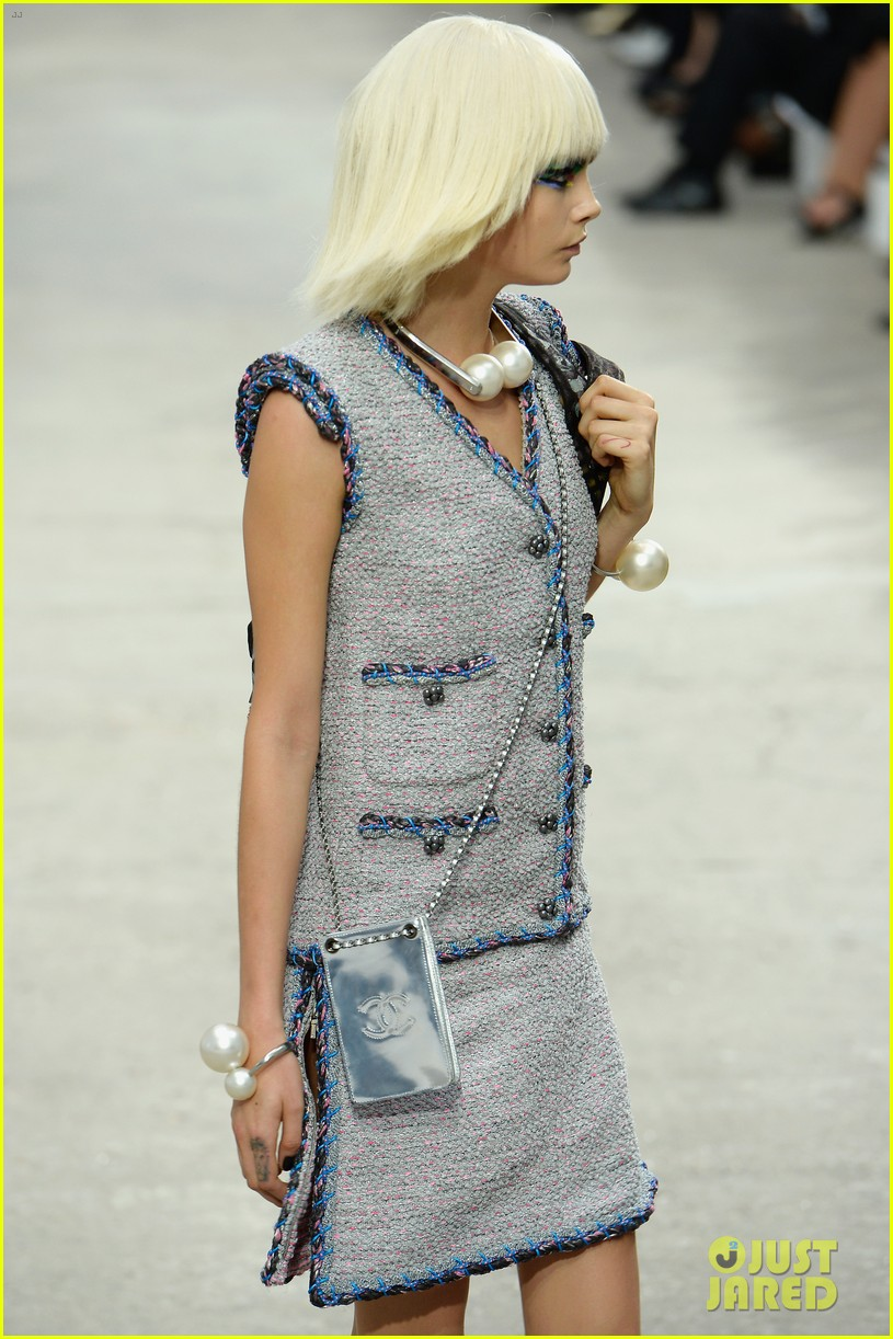 miranda kerr cara delevingne chanel fashion show 152963828