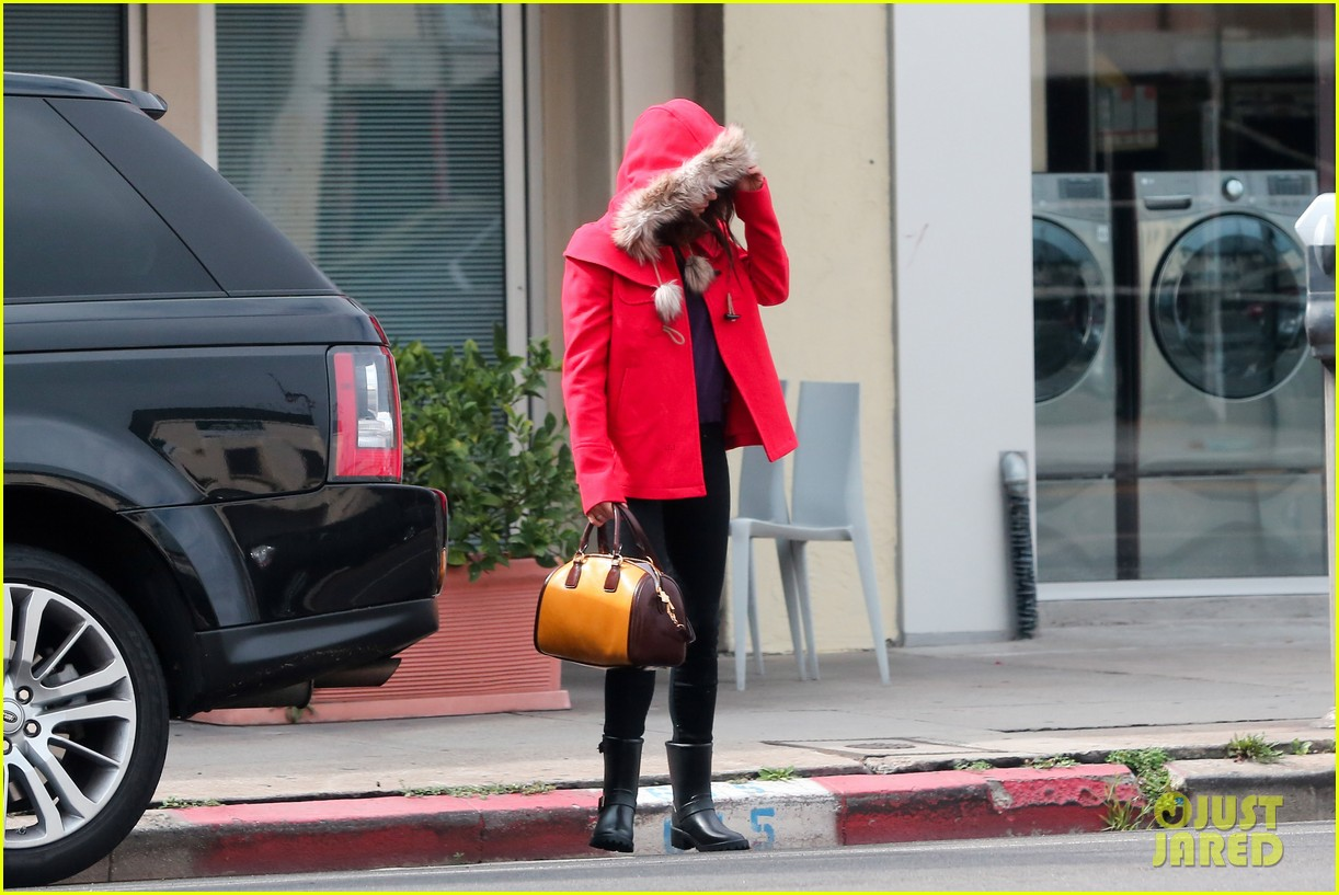 mila kunis wears winter coat for lunch with pals 032969544
