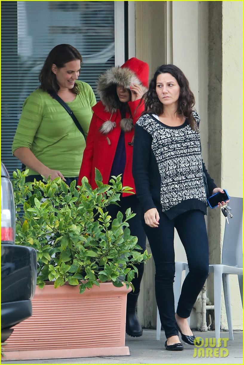 mila kunis wears winter coat for lunch with pals 062969547