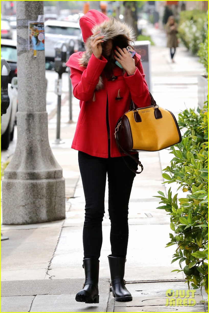 mila kunis wears winter coat for lunch with pals 112969552