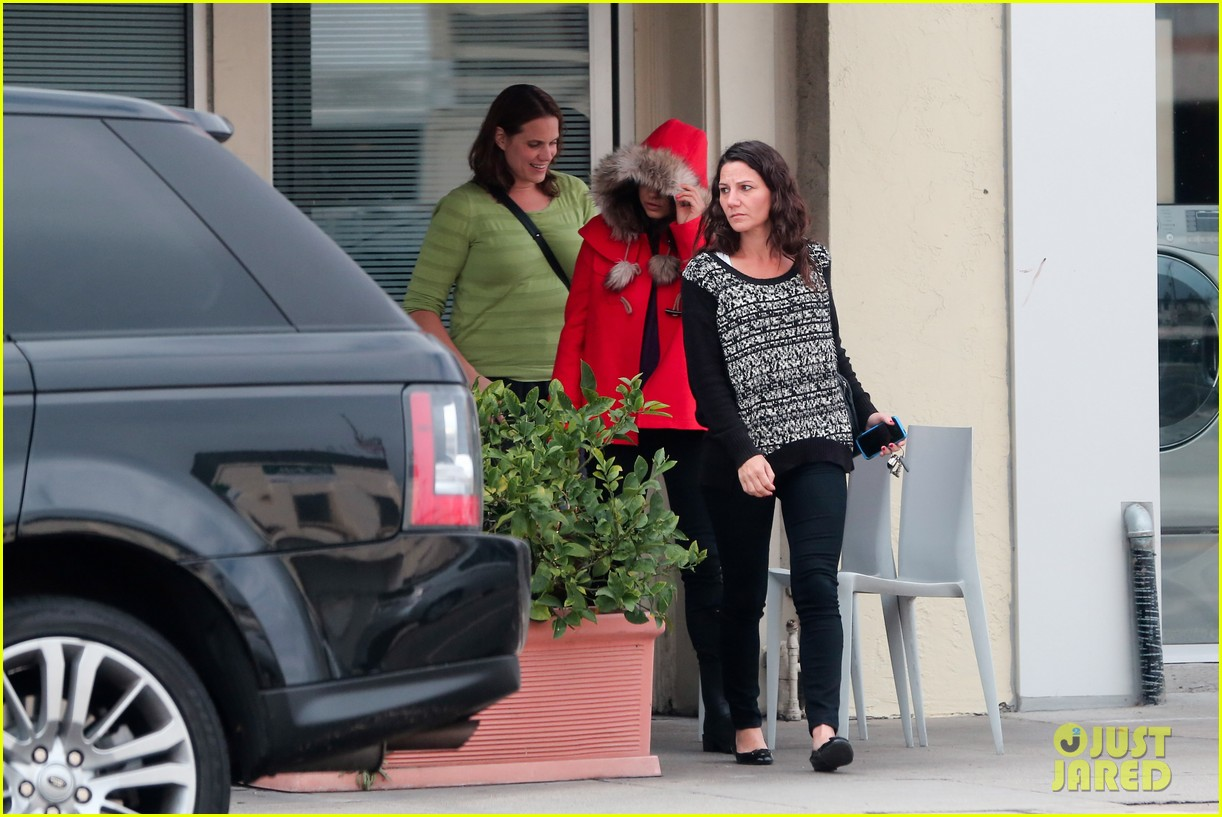 mila kunis wears winter coat for lunch with pals 182969559