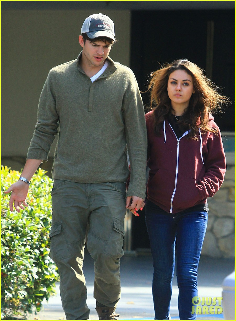 ashton kutchers opens car door for mila kunis 062971377