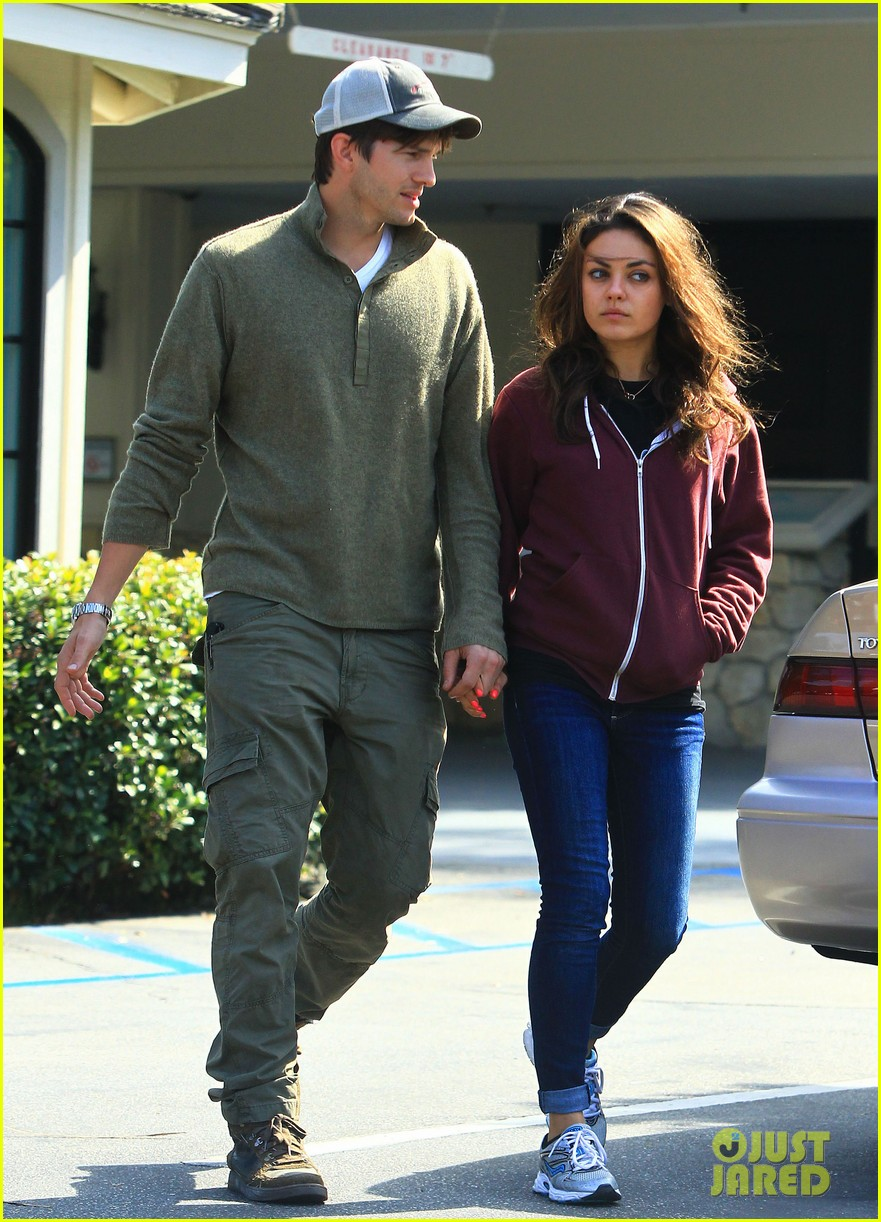 ashton kutchers opens car door for mila kunis 09