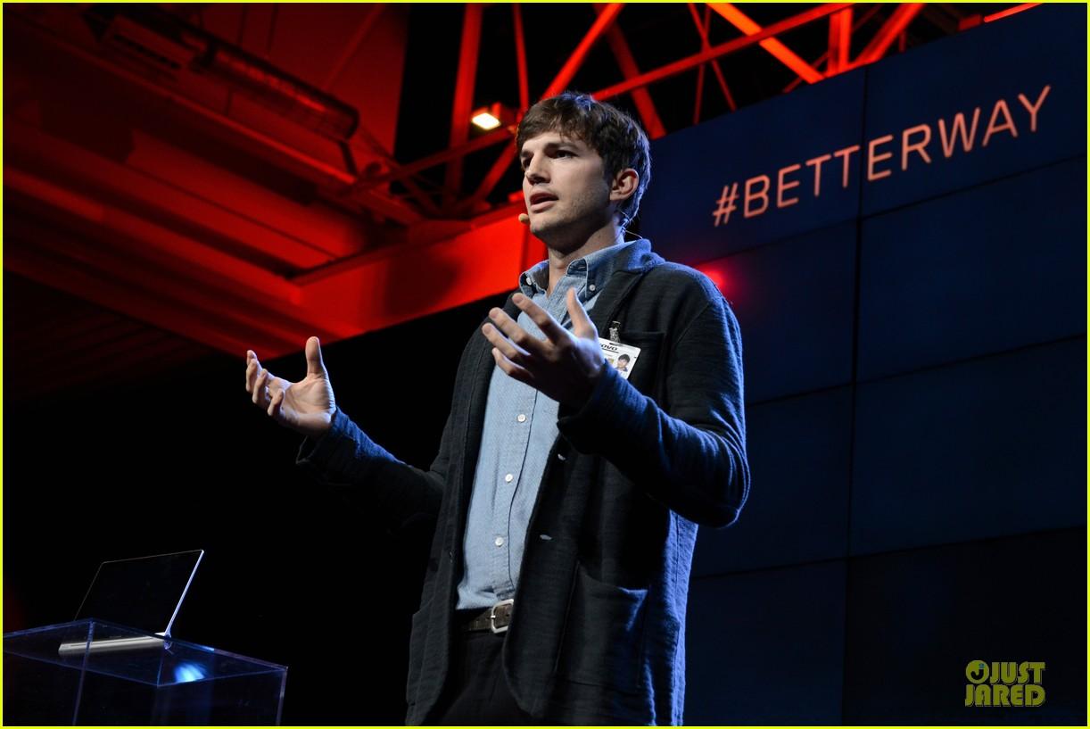 ashton kutcher lenovo product engineer at yoga tablet launch 032982709