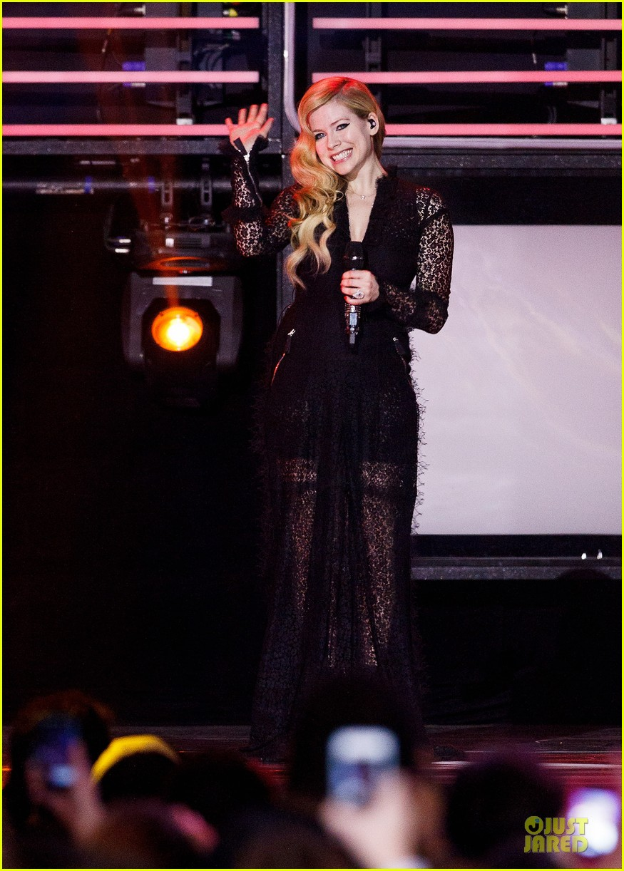 avril lavigne chad kroeger we day couple in vancouver 012974728
