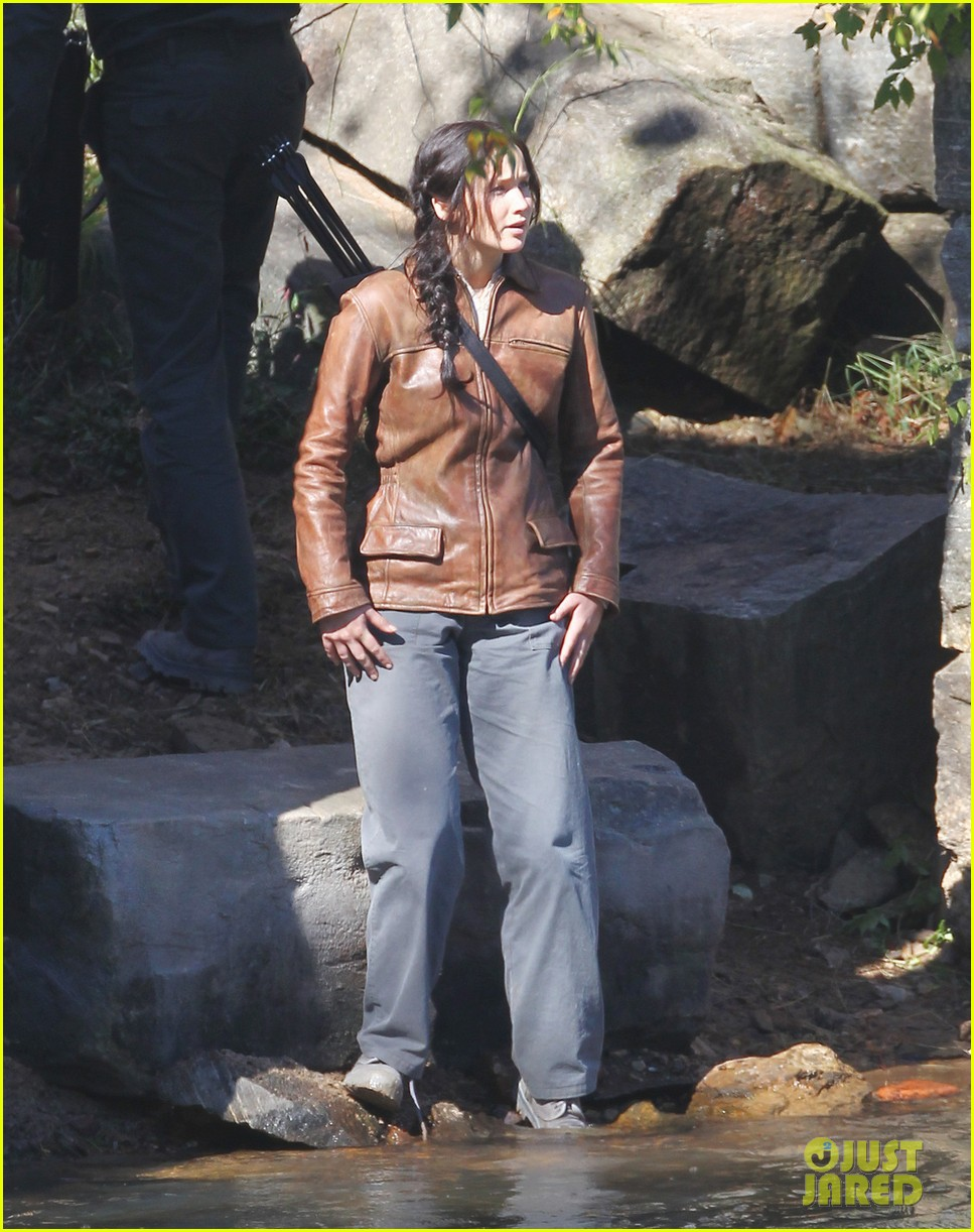 http://cdn01.cdn.justjared.com/wp-content/uploads/2013/10/lawrence-leans/jennifer-lawrence-leans-on-liam-hemsworth-for-mockingjay-01.jpg