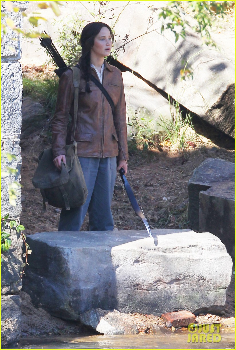 jennifer lawrence leans on liam hemsworth for mockingjay 042963964