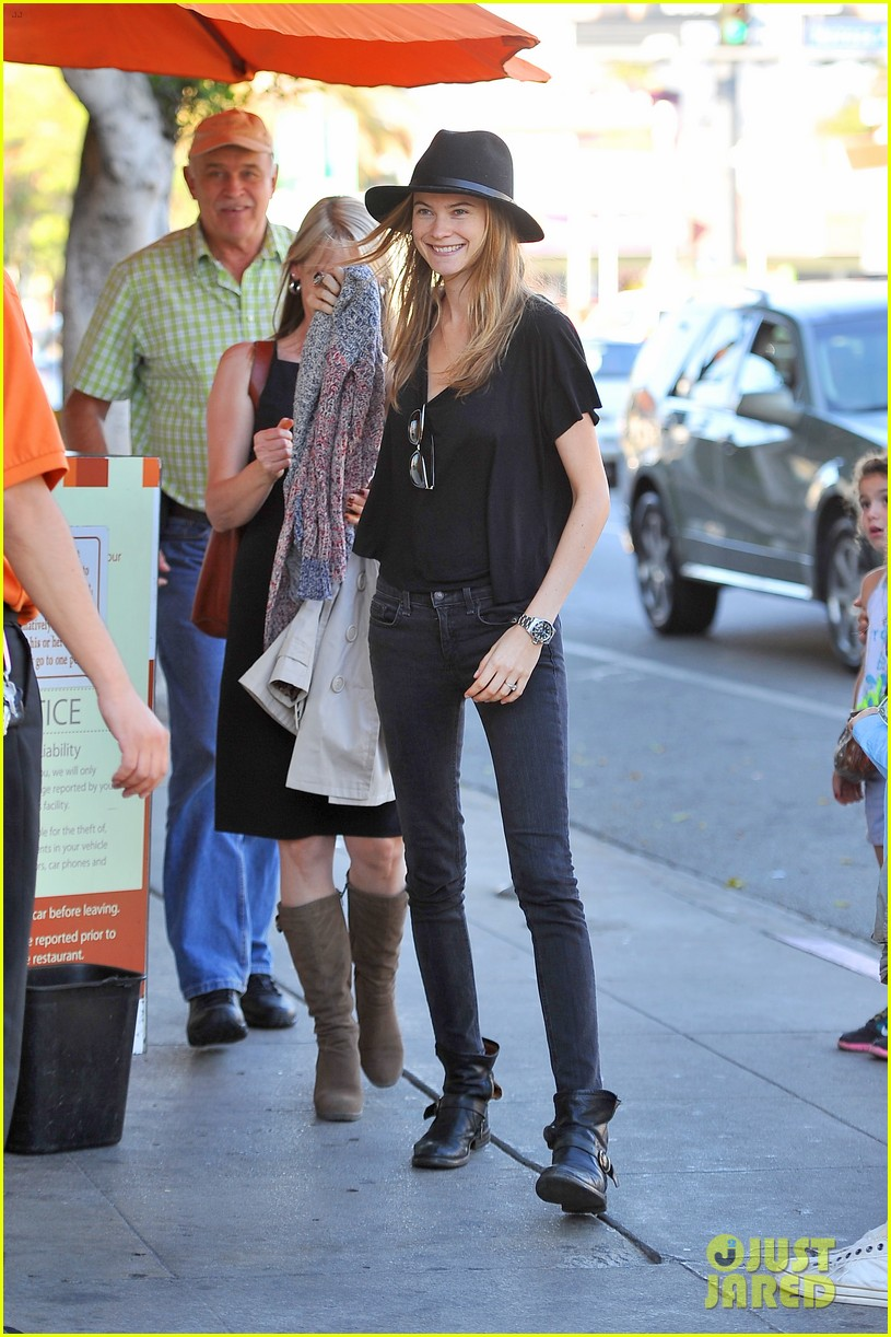 adam levine grabs lunch with behati prinsloo her parents 052975336