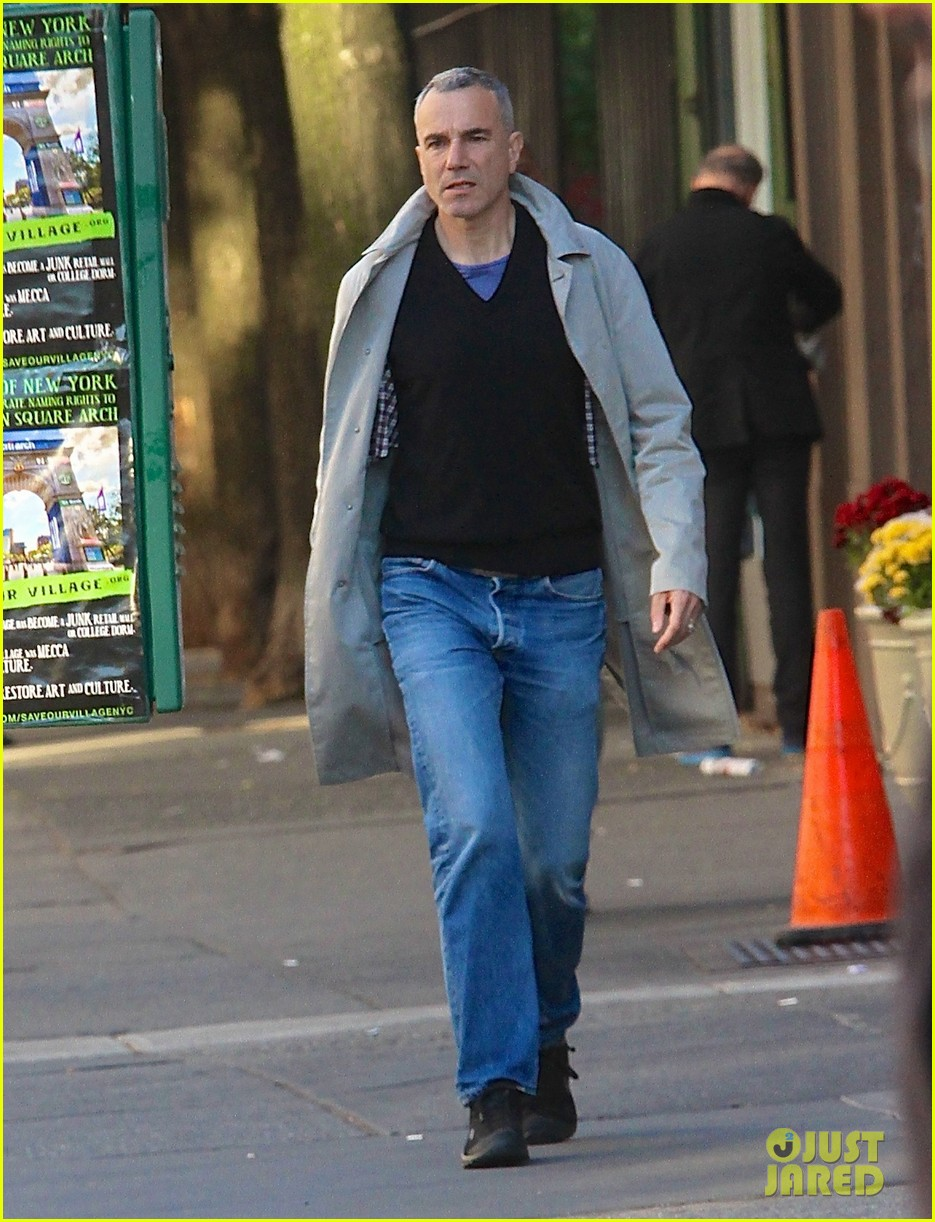 daniel day lewis strolls solo in the east village 042976925