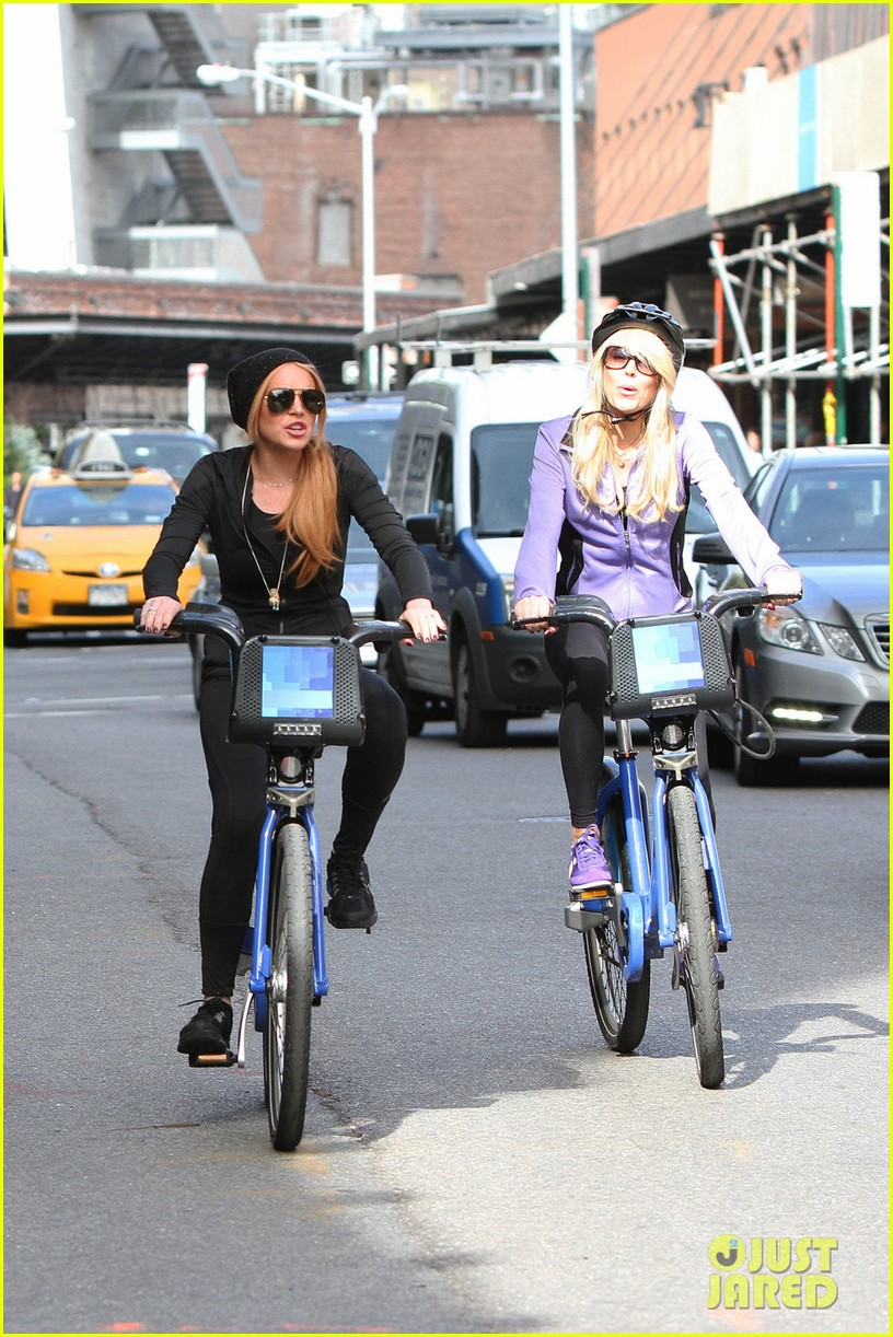 lindsay lohan citibikes with mom dina 02
