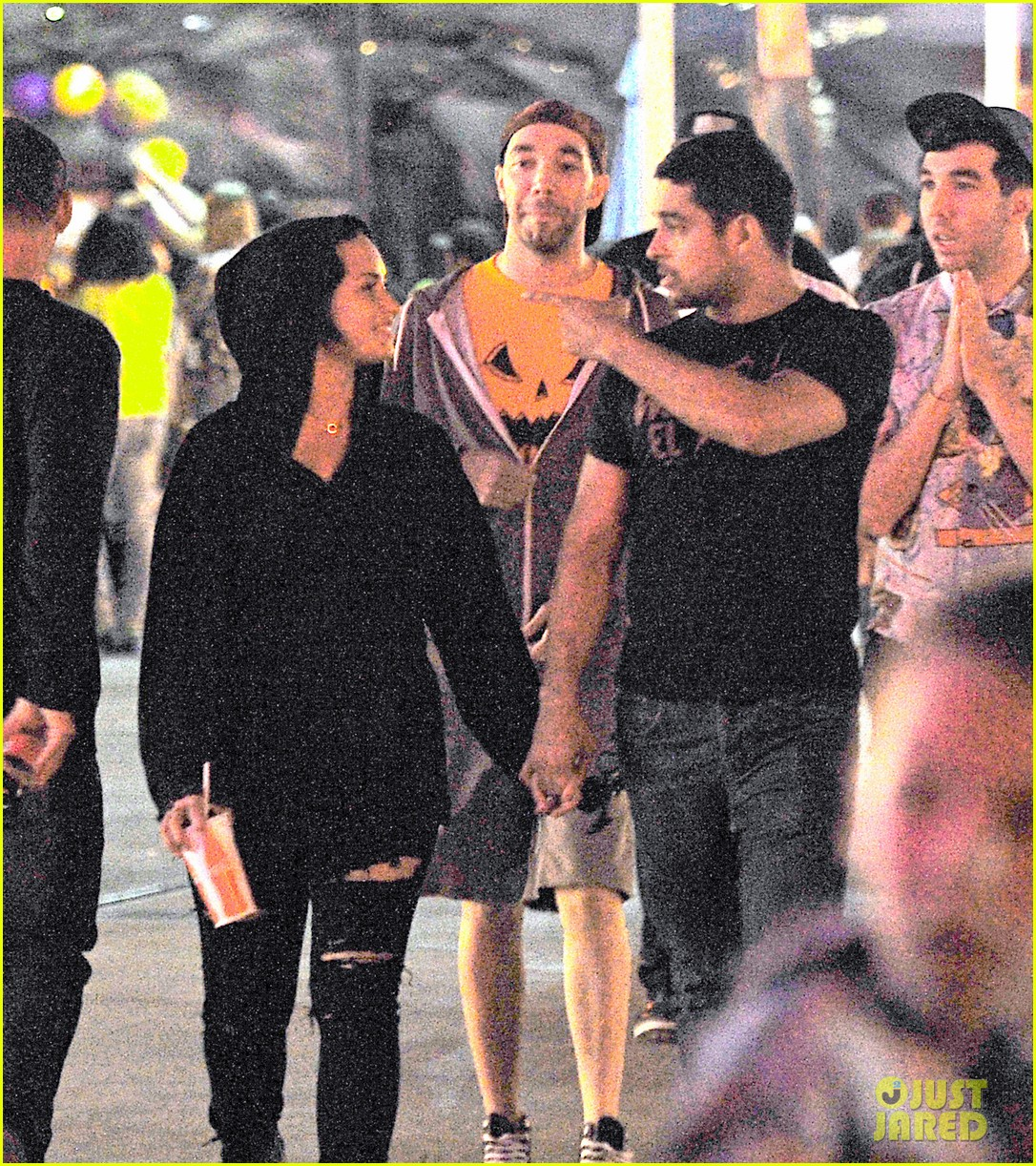 demi lovato wilmer valderrama hold hands at knotts berry farm 01