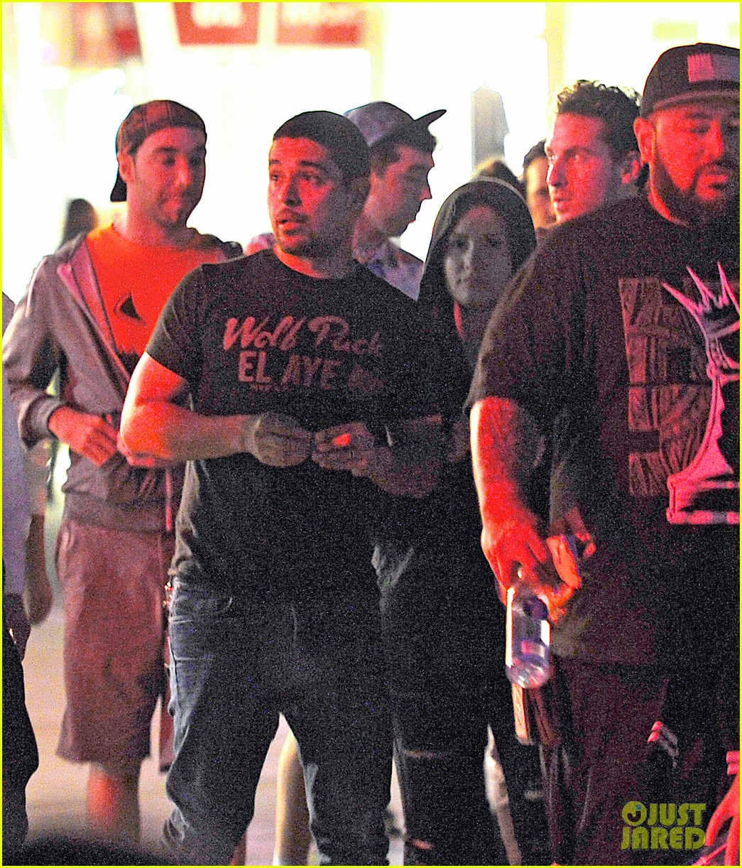 demi lovato wilmer valderrama hold hands at knotts berry farm 02