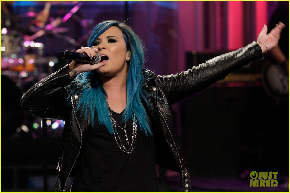 demi lovato debuts new blue hair for jay leno performance 042964819
