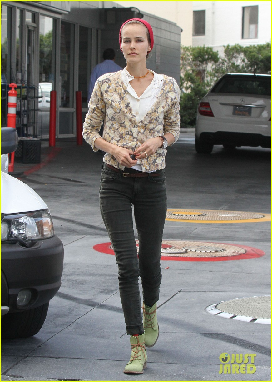 isabel lucas tends to her car at detail shop 072971579