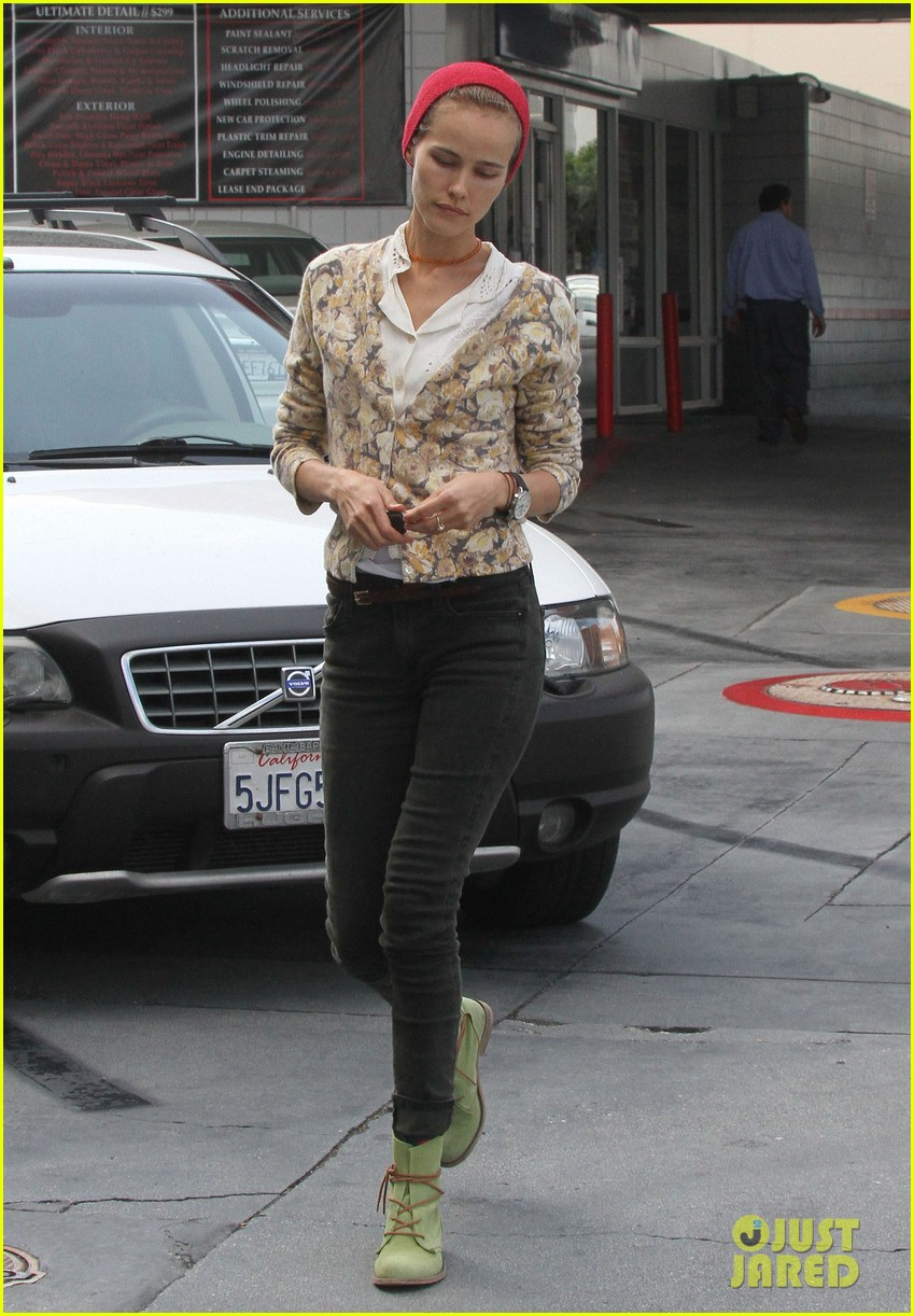 isabel lucas tends to her car at detail shop 09
