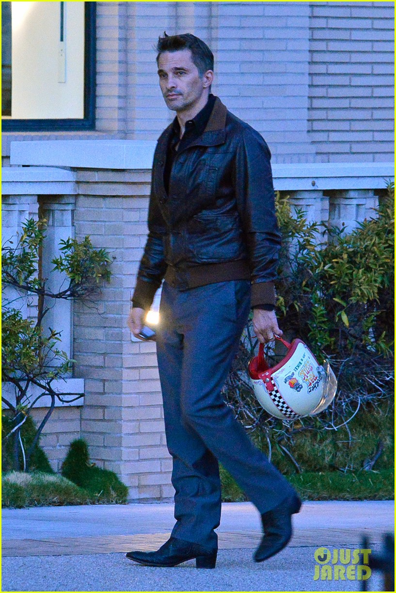 new dad olivier martinez goes solo while running errands 022973525
