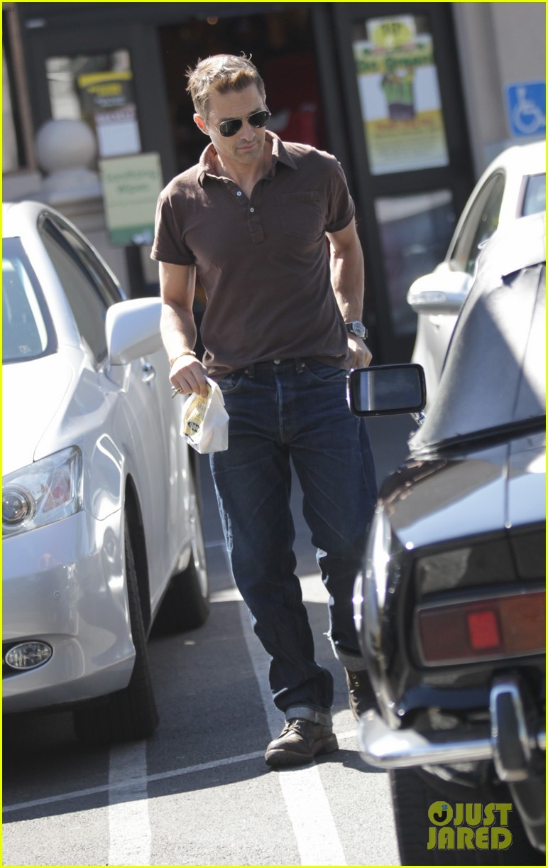 new dad olivier martinez goes solo while running errands 04