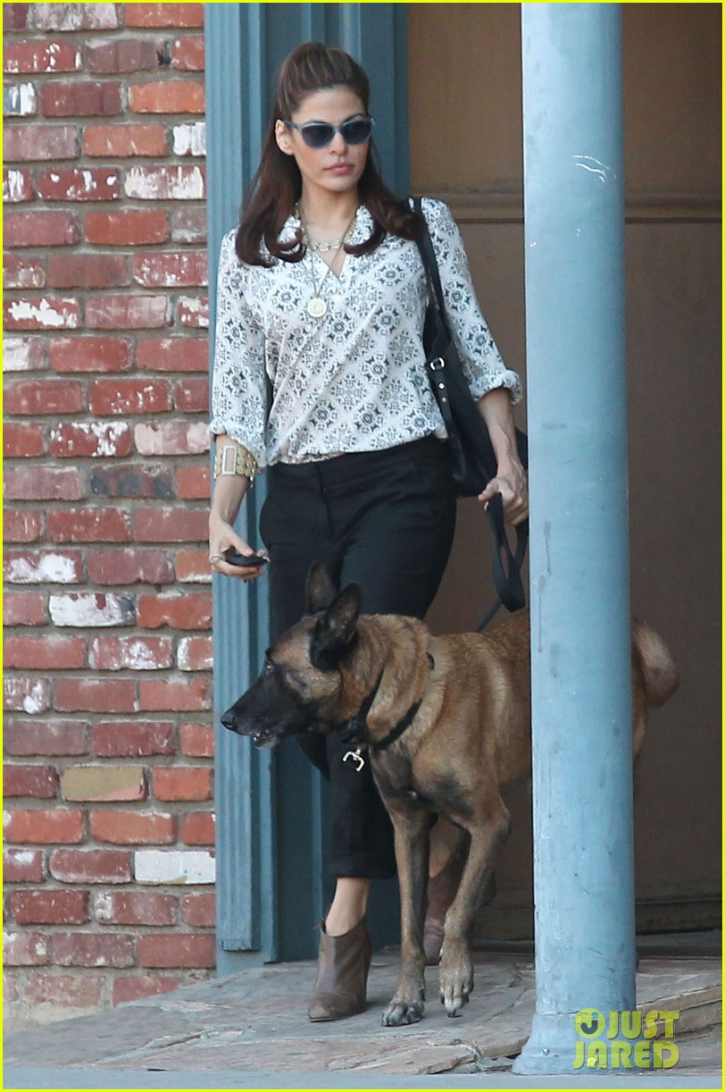 eva mendes does business with her dog 022975442