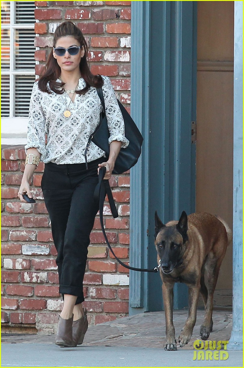 eva mendes does business with her dog 032975443