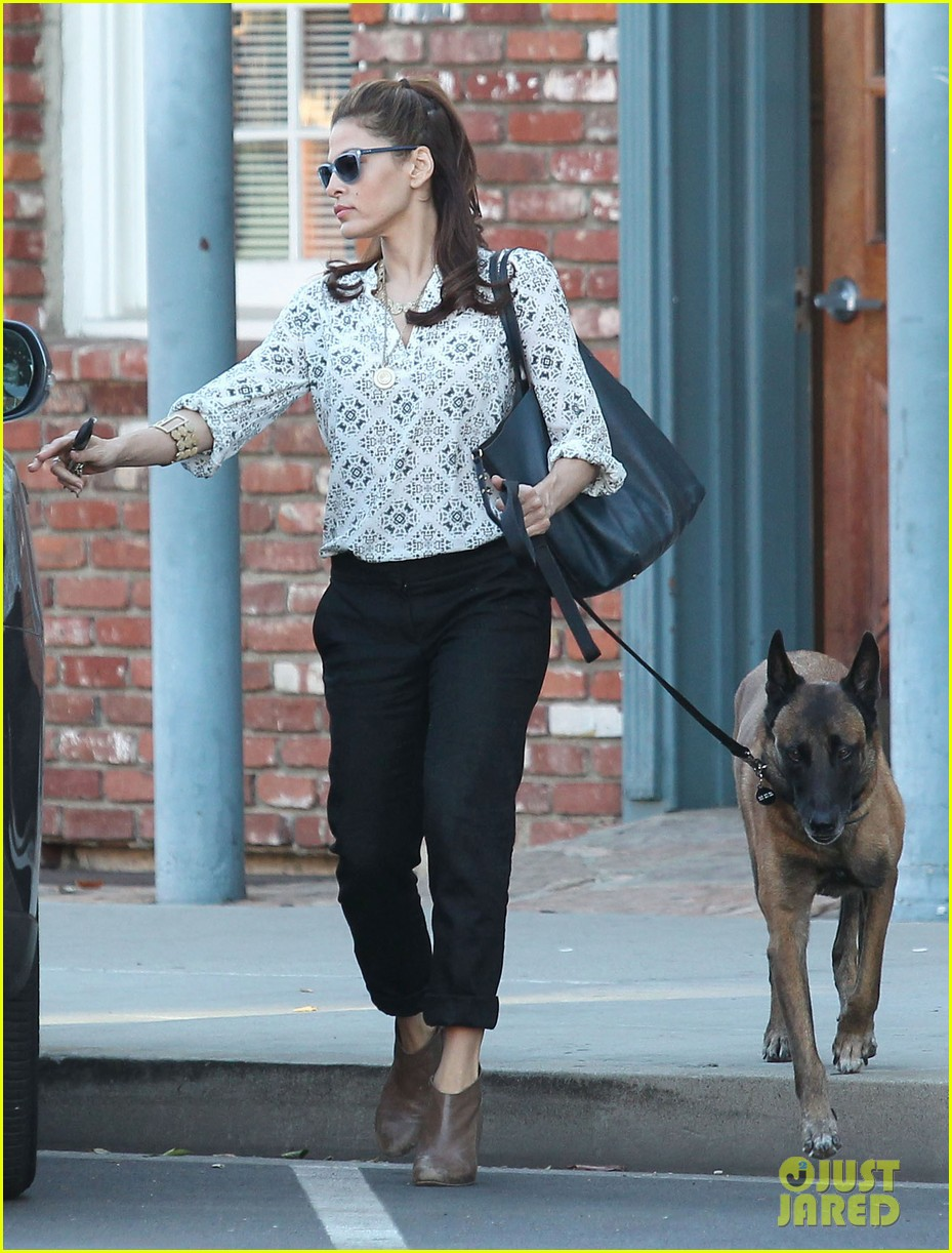 eva mendes does business with her dog 09