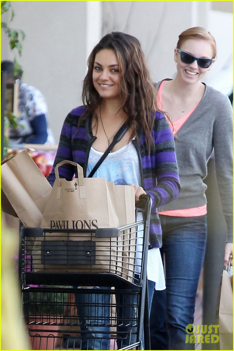 mila kunis grocery shopping gal 04
