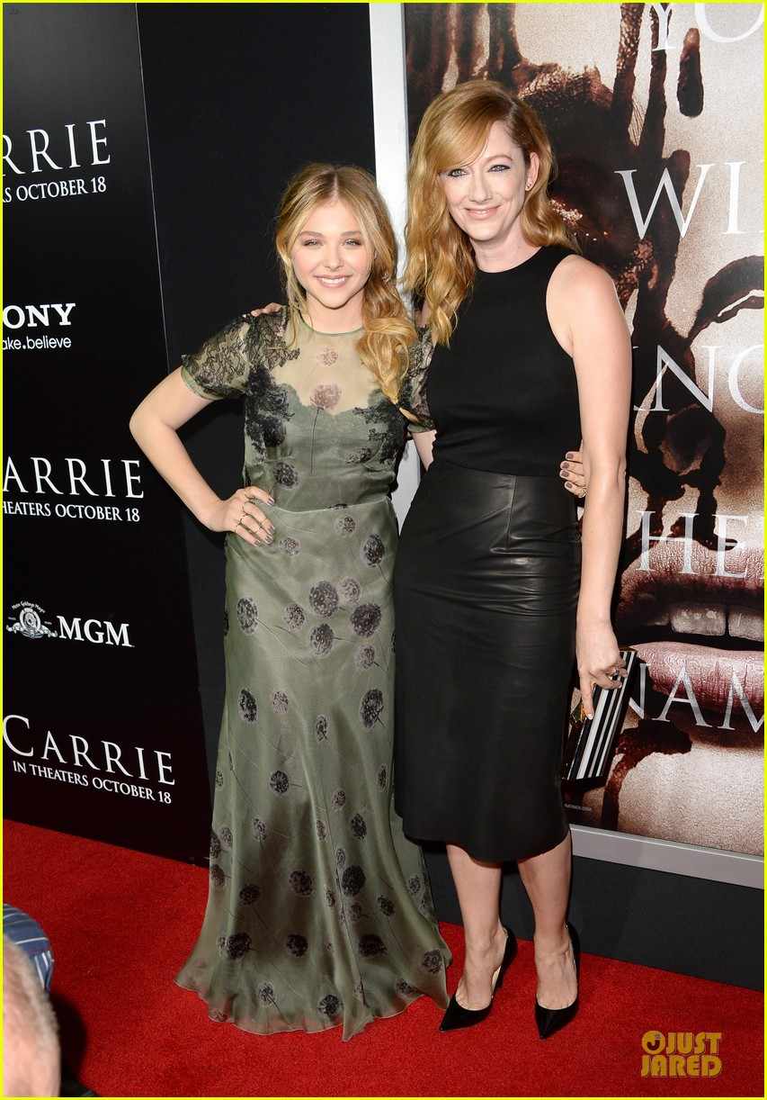 chloe moretz julianne moore carrie hollywood premiere 03