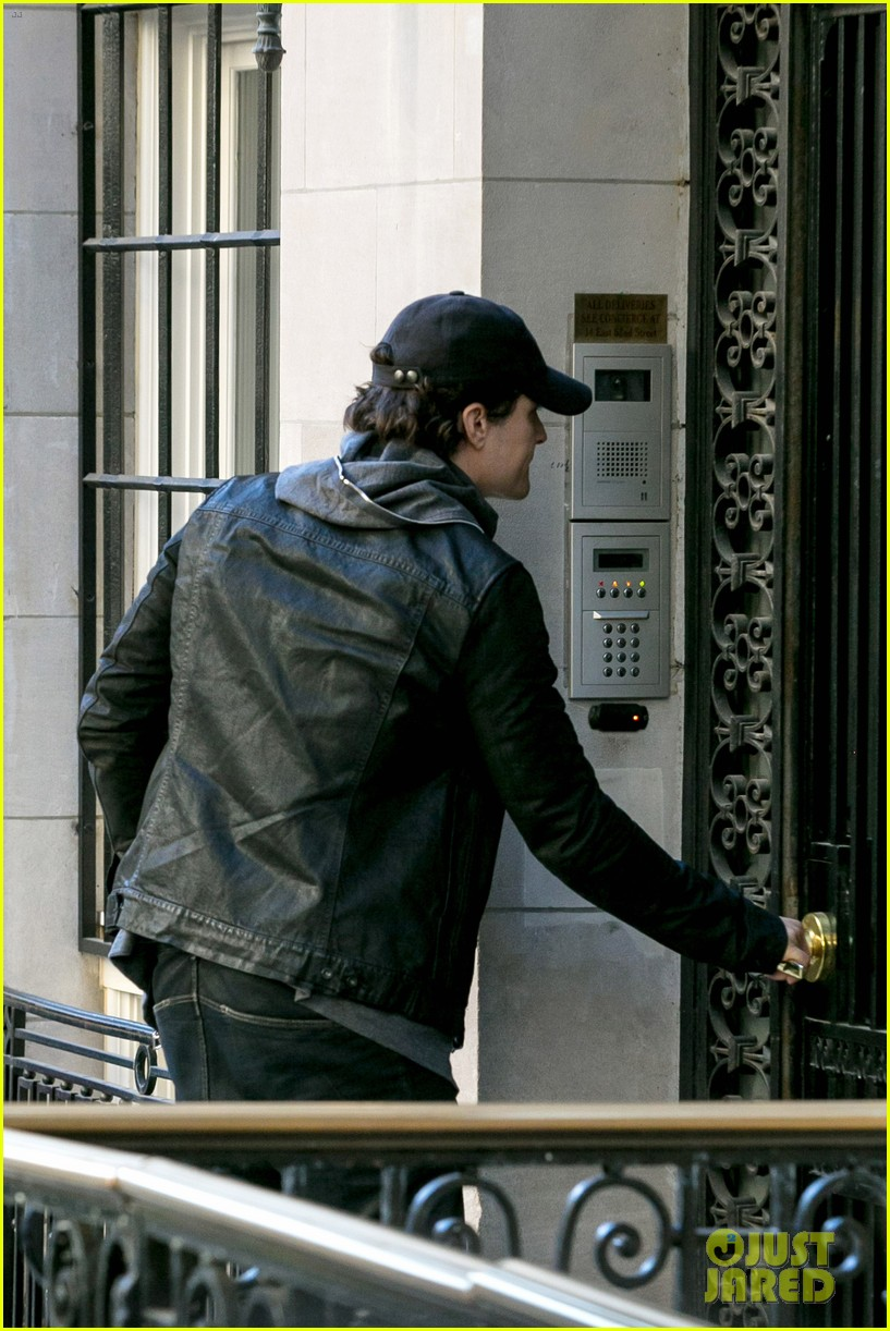 orlando bloom stops by miranda kerr apartment 13