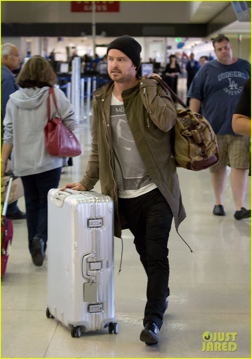 aaron paul gets kisses from lauren parsekian at lax 04