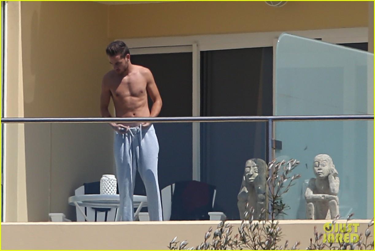 liam payne wears underwear super low on hotel balcony 042967713