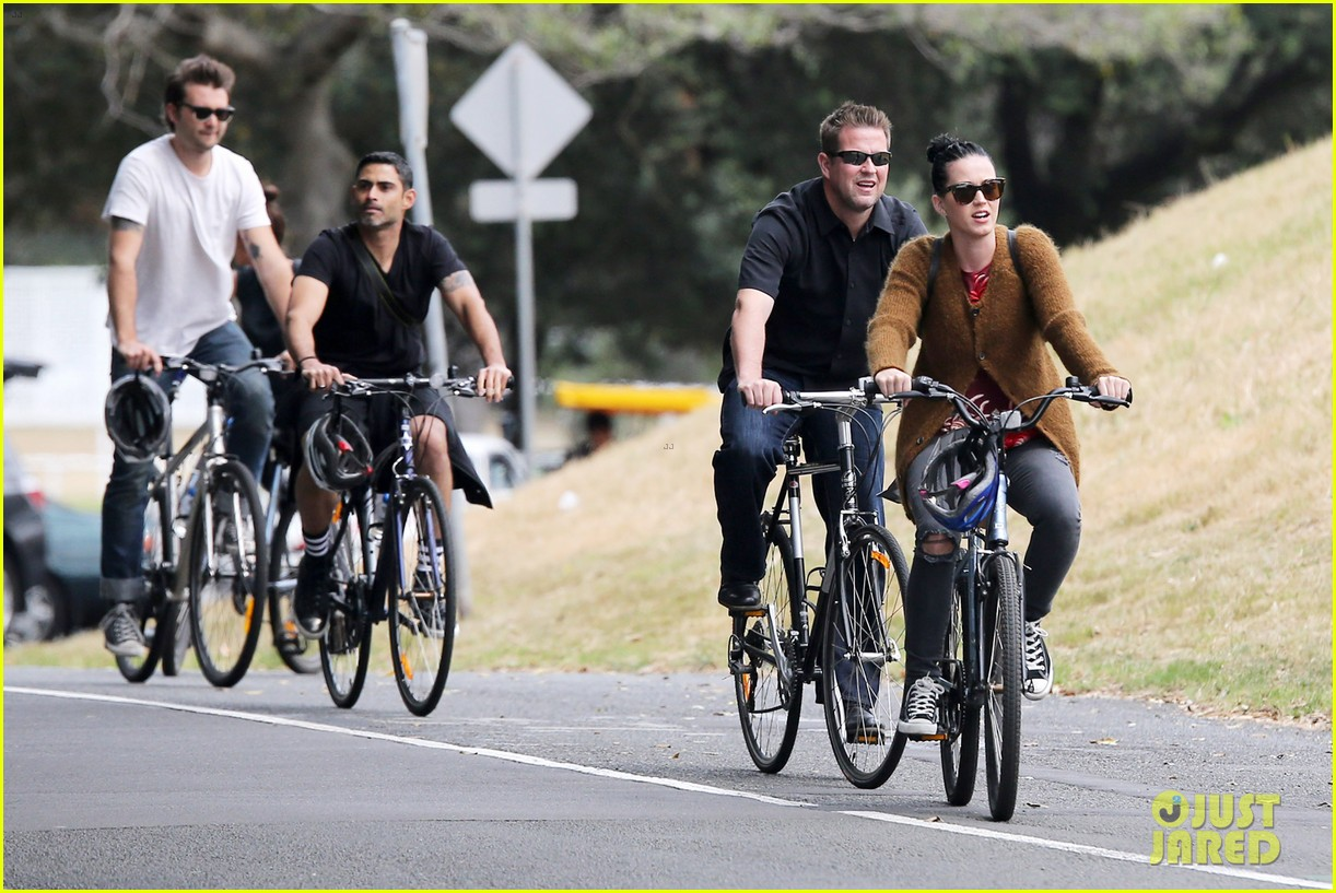 katy perry bikes in sydney thanks fans for bday wishes 072981415