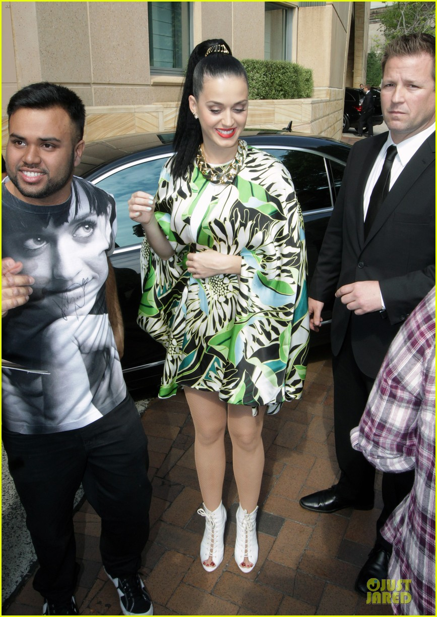 katy perry bares midriff at sydney opera house 03
