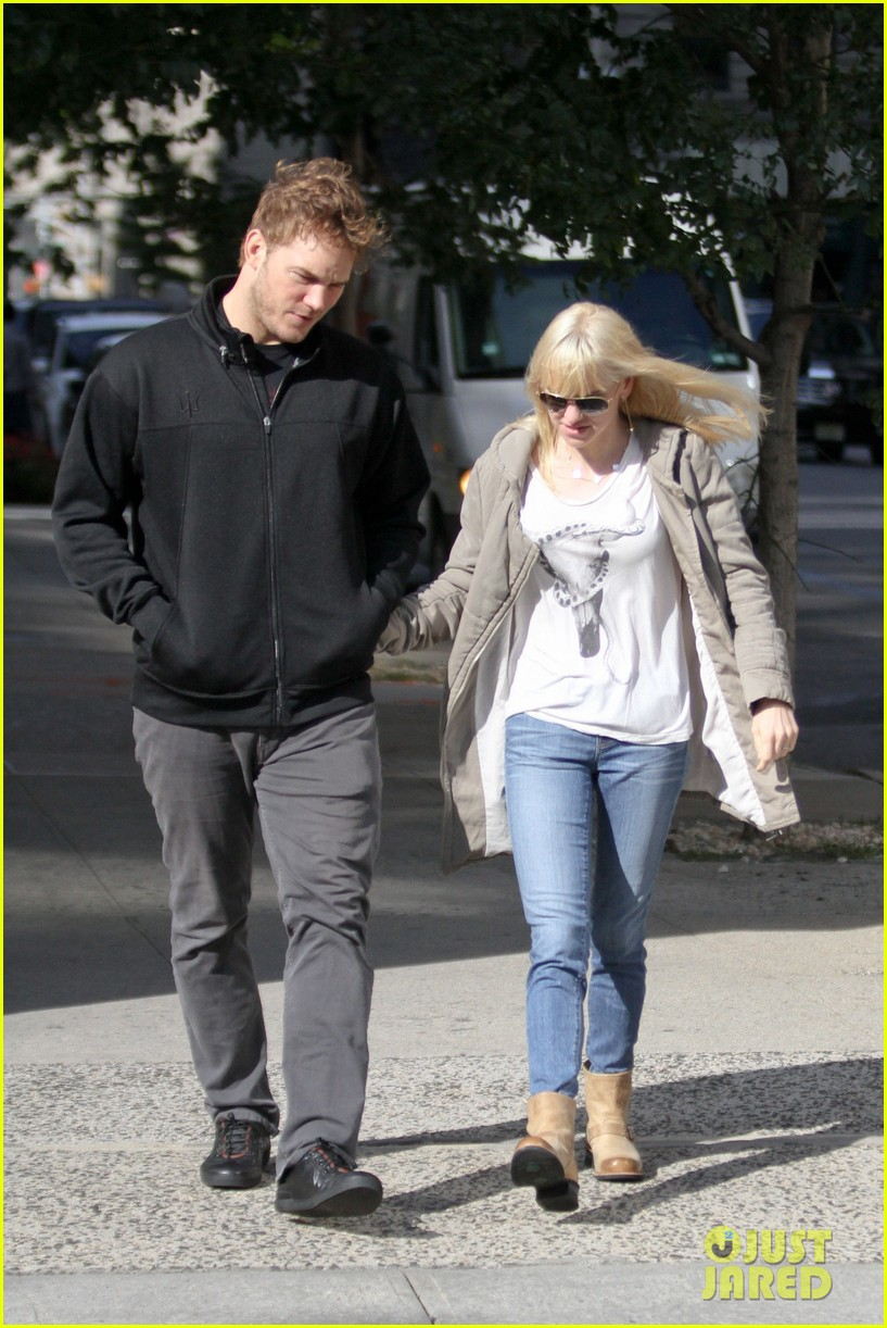 chris pratt strolls with anna faris tweets thanks for guardians 05