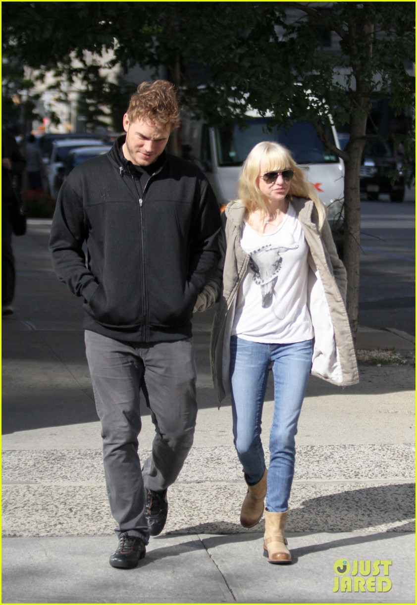 chris pratt strolls with anna faris tweets thanks for guardians 062972309