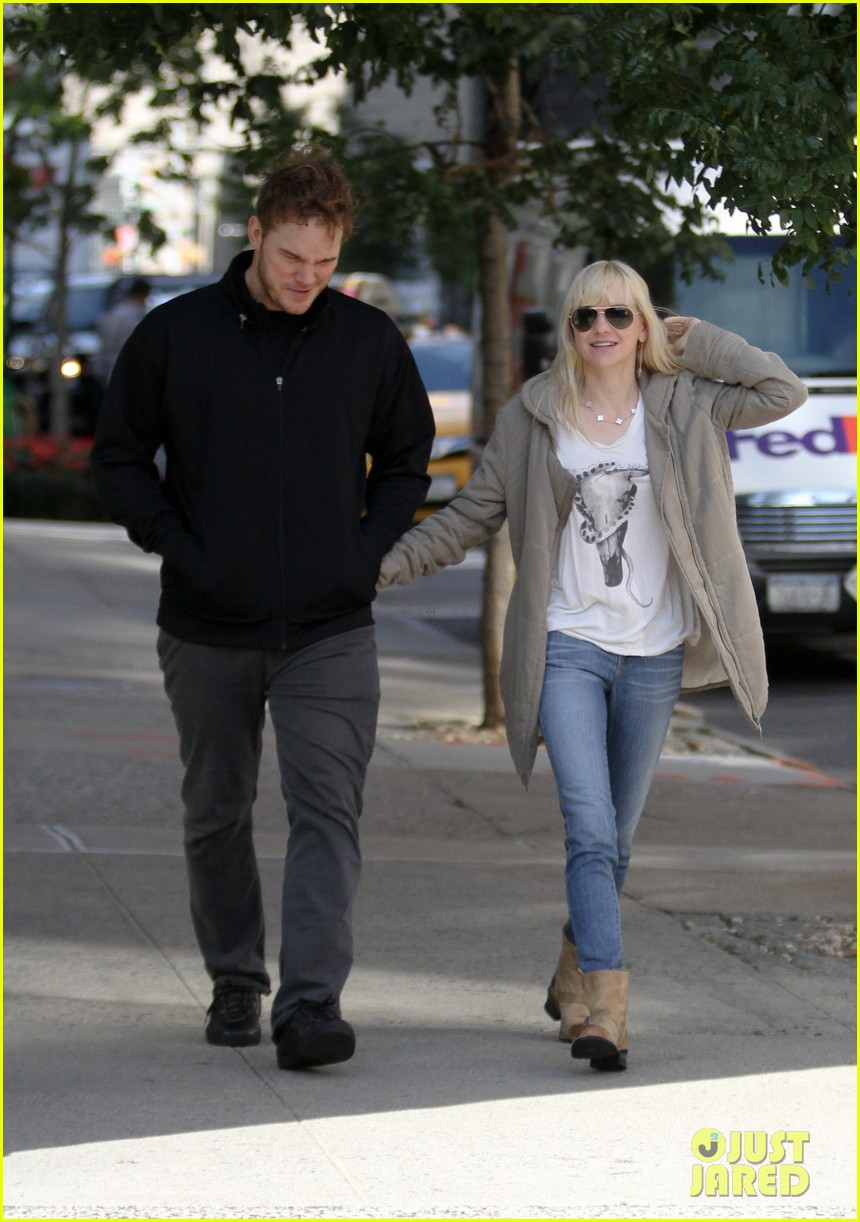 chris pratt strolls with anna faris tweets thanks for guardians 142972317