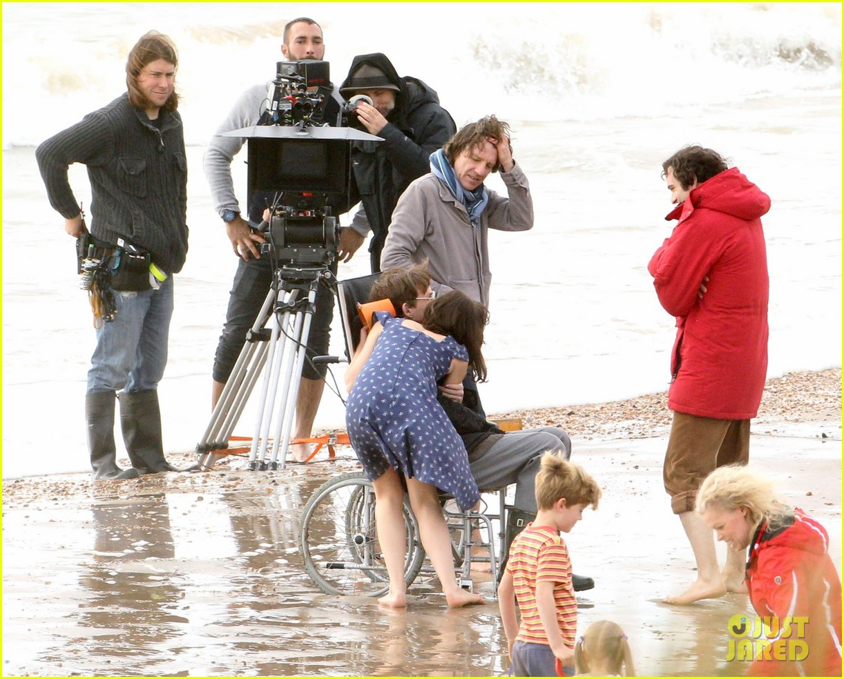 eddie redmayne gets piggy back ride on set 032975414