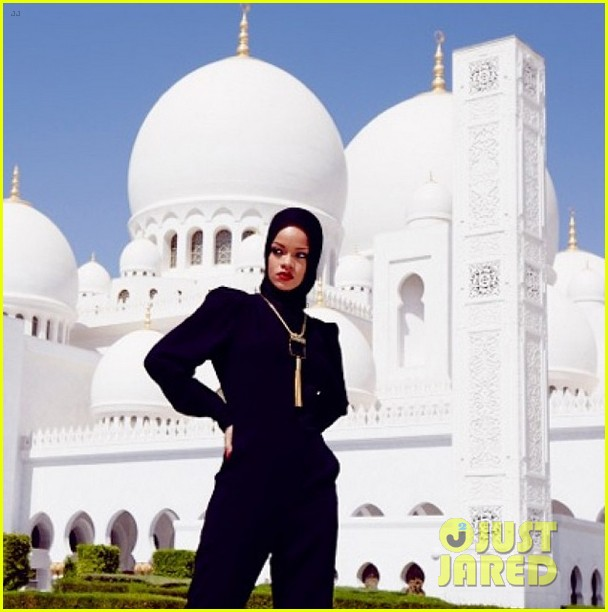 rihanna asked to leave abu dahbi mosque after photo shoot 042976328